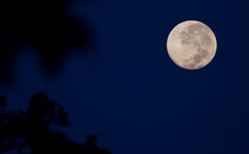 चाँद का आइना